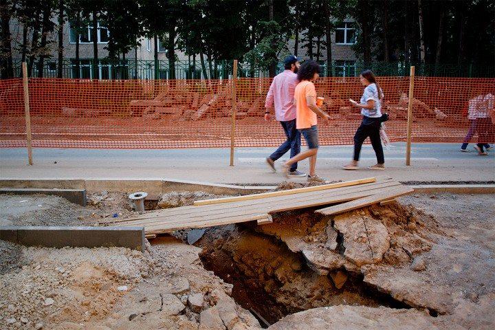 Даже использование тощих бетонов не позволяет решить проблему работы конструкции на старых слоях. тем более решить проблему засыпки траншей.