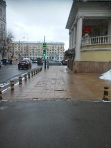 Вот типичная идея сэкономить - напротив ВГТРК здание Китайского культурного дома в Москве. Покрытие из плит 2см. Такой толщины гранитные плиты если не приклеить их к идеально выровненному бетону - начинают крошится и ломаться через 3-5 лет. Что хорошо видно.