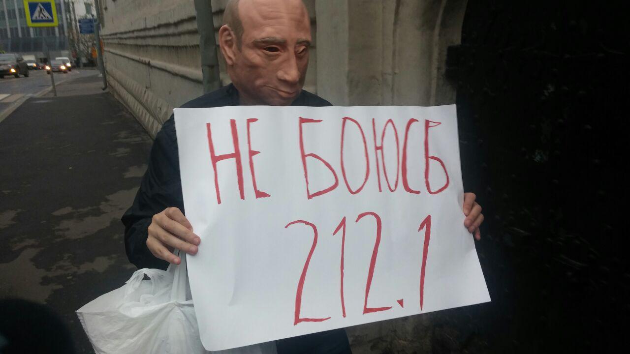 Роман Рословцев задержан за одиночный пикет в маске Путина на Красной площади Фото: SotaVision